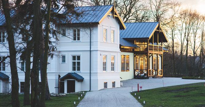 kaboompics.com_Old luxury villa exterior
